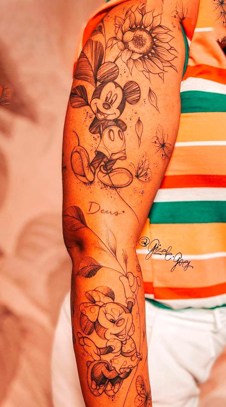 braco-feminino-fechado-de-tatuagem-do-mickey-e-da-miney