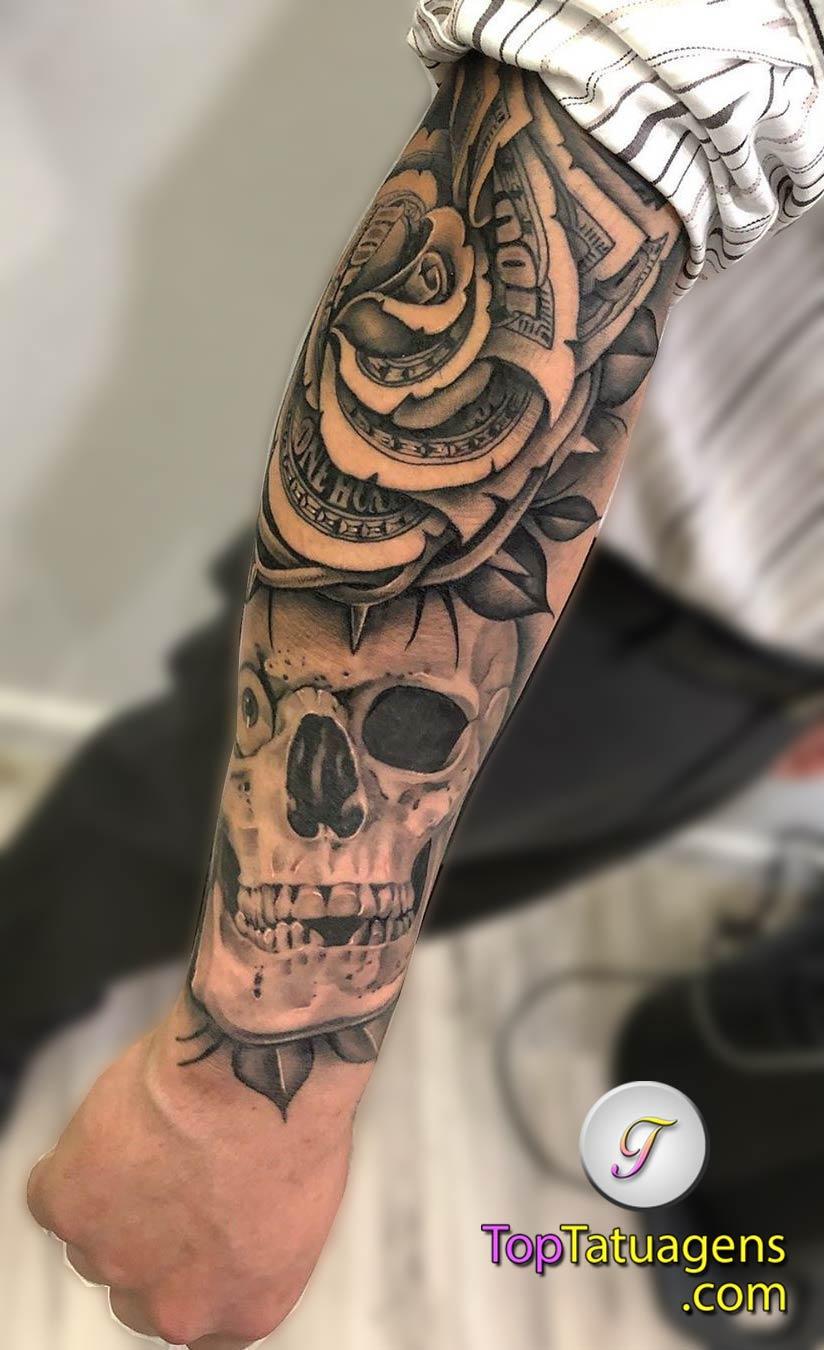 tatuagem-de-caveira-e-rosa-no-antebraço