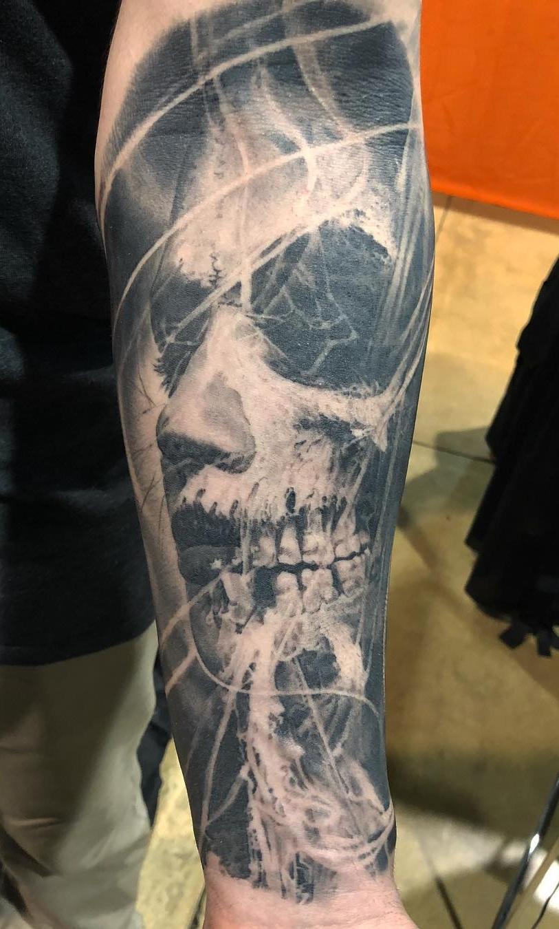 tatuagem-masculina-no-antebraço-de-caveira