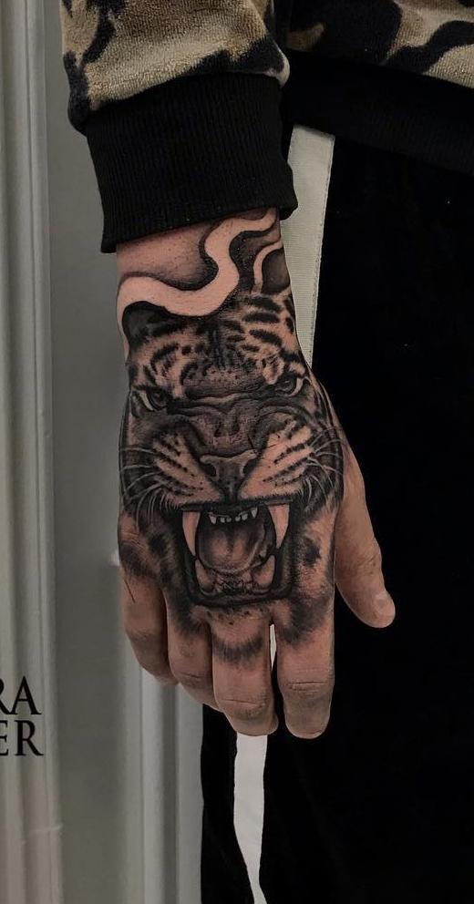 tatuagem-de-tigre-na-mão
