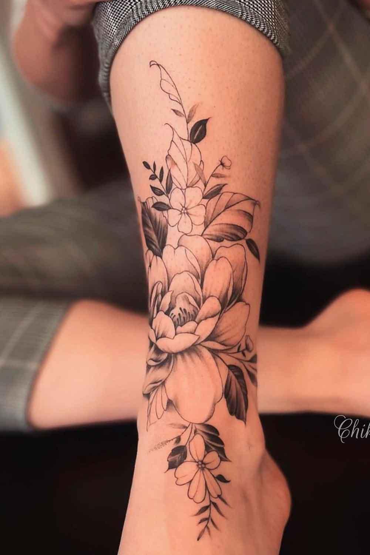 tatuagem-feminina-no-tornozelo-de-flores