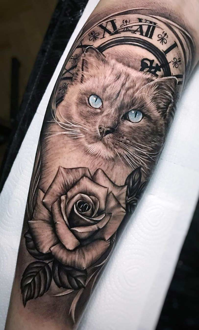 tatuagem-de-gato-com-relogio-de-fundo