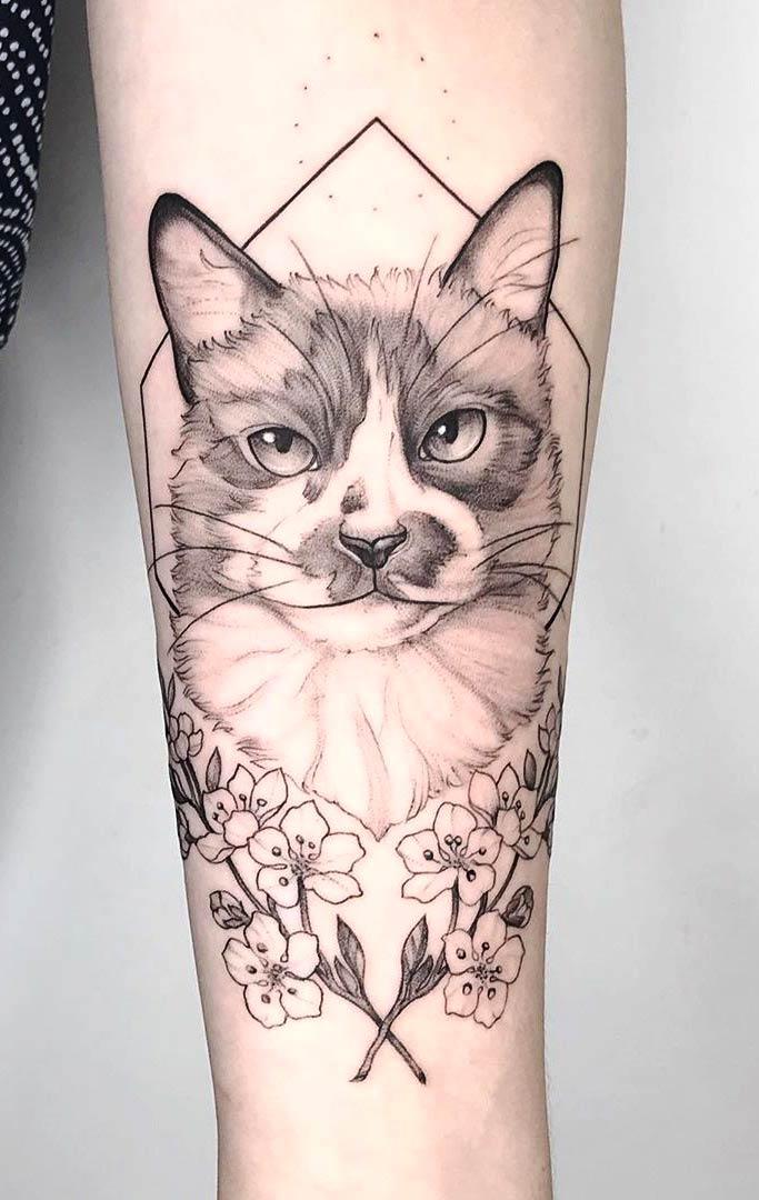 tatuagem-feminna-de-delicada-de-gatos-com-flores