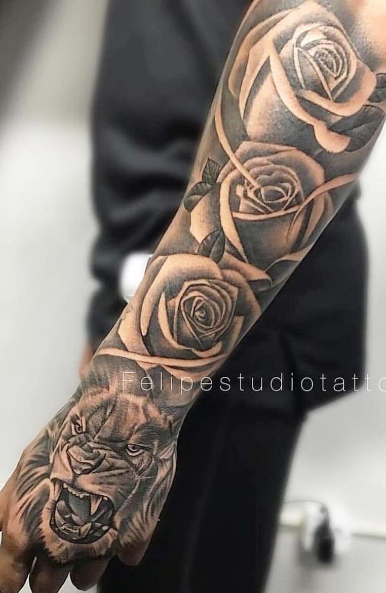 tatuagem-de-leão-na-mão-e-rosas-no-antebraço