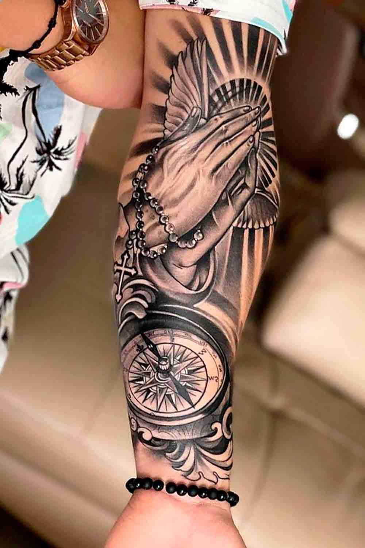 tatuagem-de-maos-rezando-e-bussola