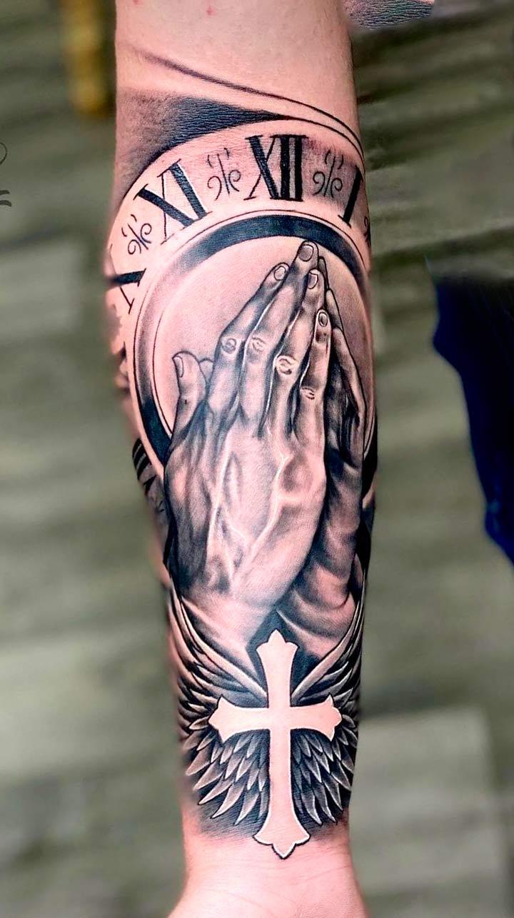 tatuagem-de-maos-rezando-e-relogio