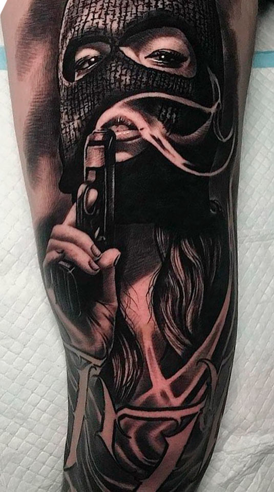 tatuagem-de-mulher-segurando-uma-arma