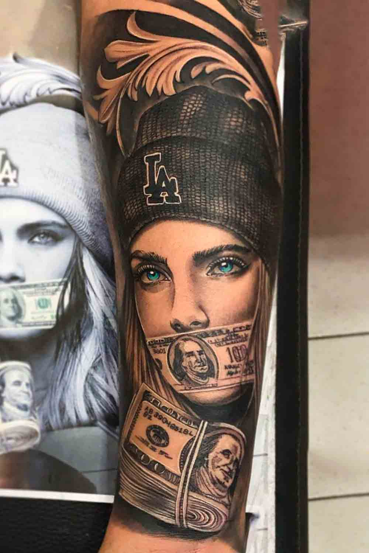 tatuagem-de-mulher-tampando-boca-com-dinheiro