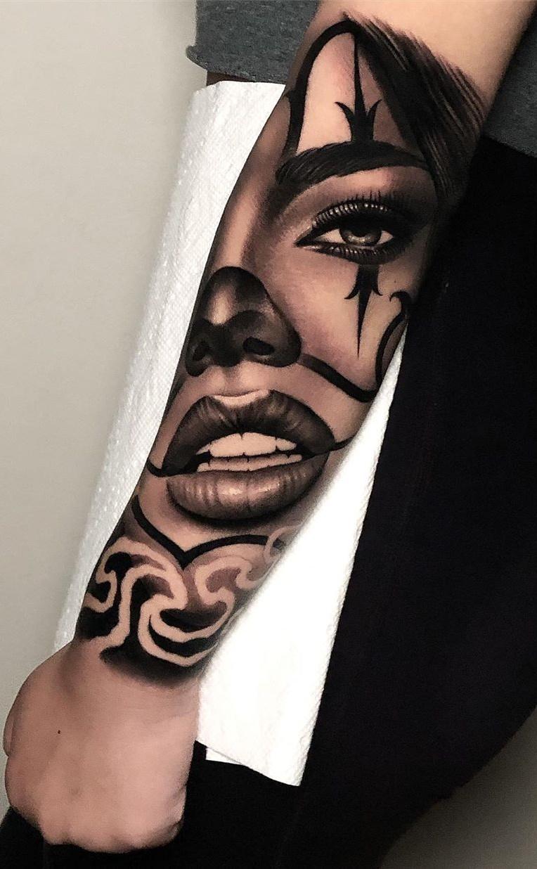 tatuagem-de-rosto-de-mulher-no-antebraço