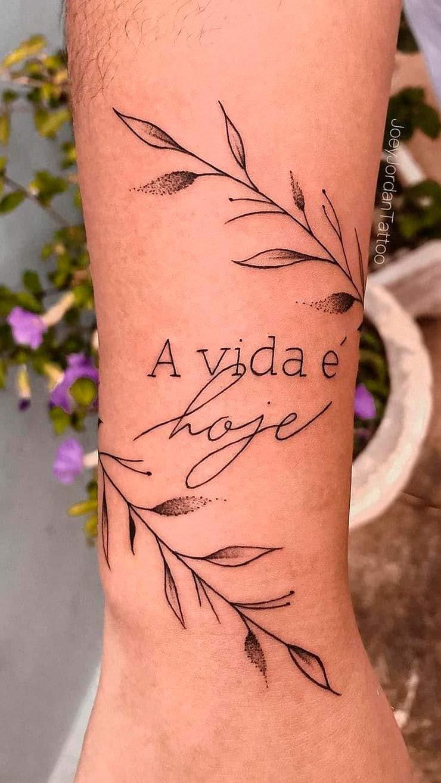 tatuagem-escrito-a-vida-e-hoje