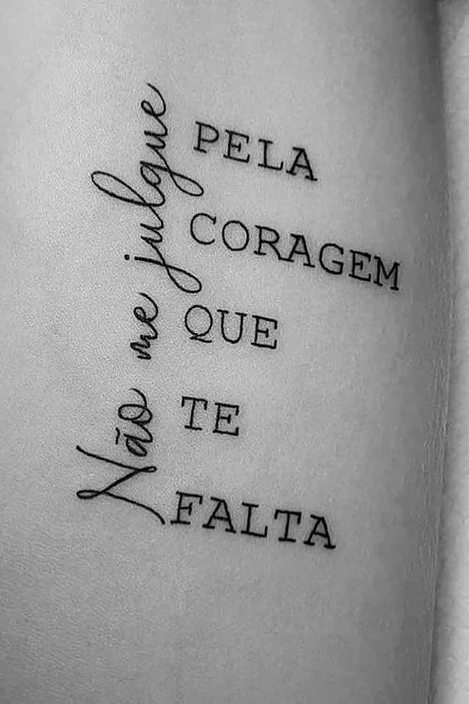tatuagem-escrito-nao-me-julgue-pela-coragem-que-te-falta