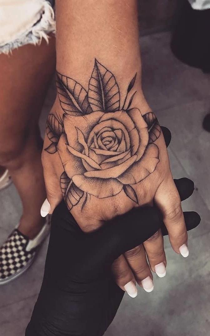 tatuagem-feminina-de-rosa-na-mão-2