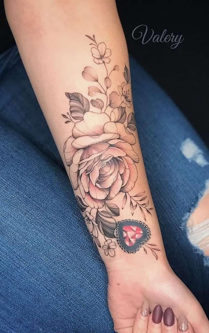 tatuagem-feminina-florida-no-antebraço