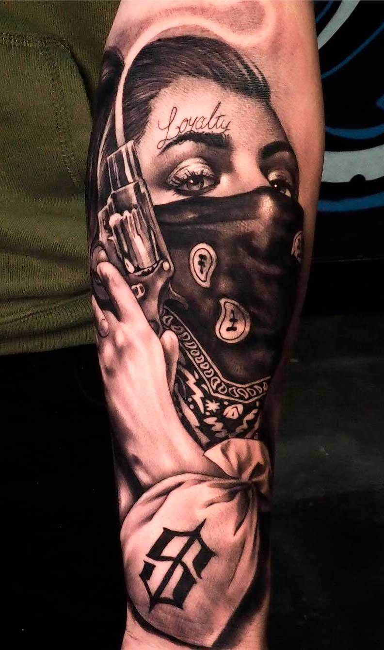 tatuagem-masculina-de-mulher-segurando-revolver