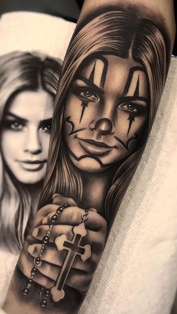 tatuagem-segurando-cruz