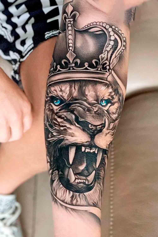 tatuagem-de-leao-com-coroa-e-olhos-azuis