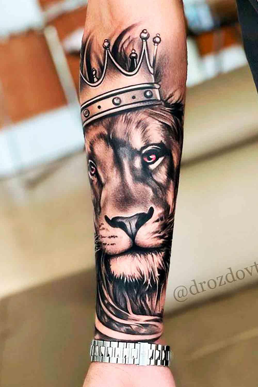 tatuagem-de-leao-com-coroa-no-antebraco