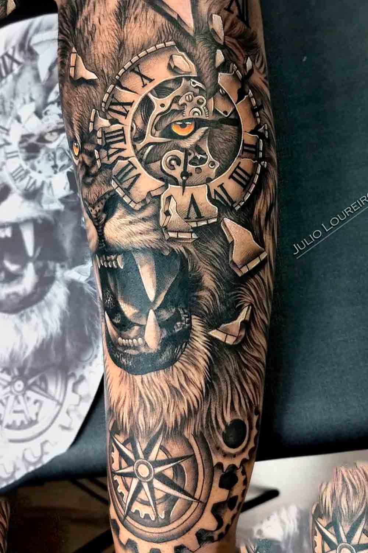 tatuagem-de-leao-com-relogio-no-olho-e-bussola