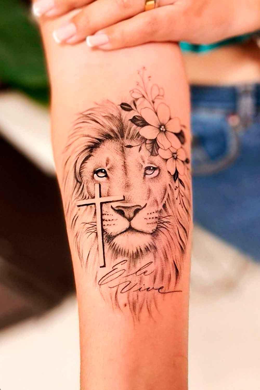 tatuagem-de-leao-feminina-e-delicada-com-cruz