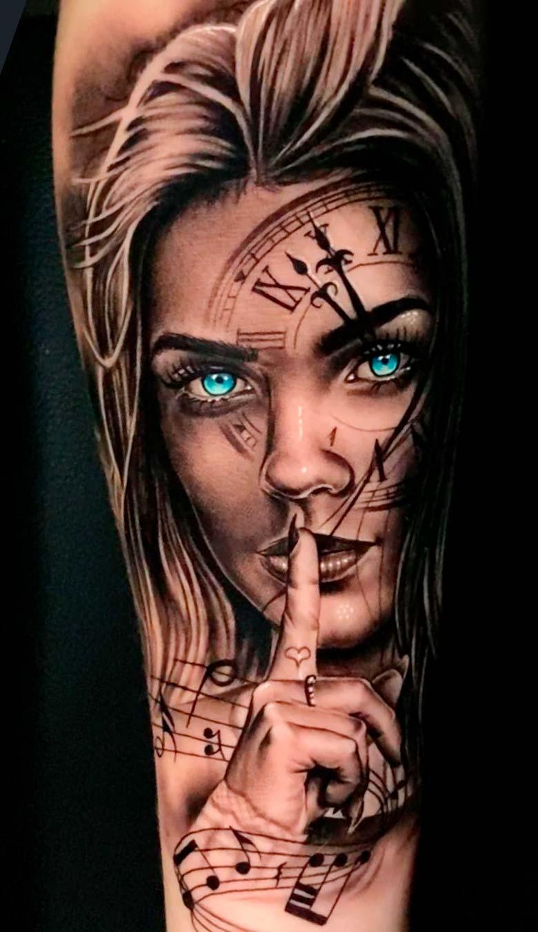 tatuagem-de-mulher-com-olhos-azuis-no-antebraco