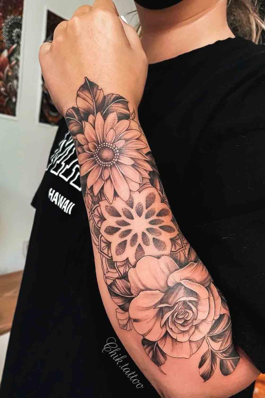tatuagem-de-rosa-com-mandala-no-antebraco