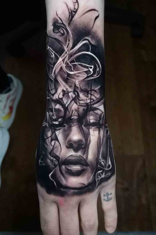 tatuagens-masculinas-nas-maos-8